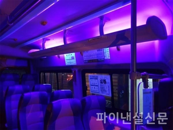 한신자동차 전기버스 '바네스' 실내에 설치된 자외선 UV-A 제균 기기의 작동 모습 (사진=한신자동차)